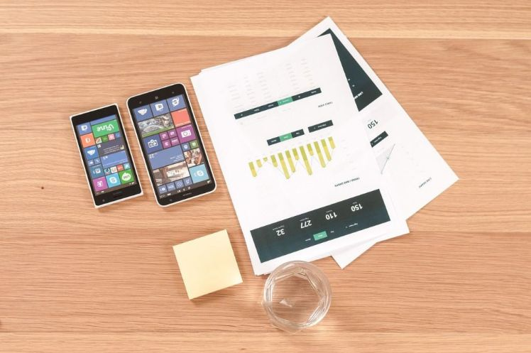 deux smartphones sur une table avec documents