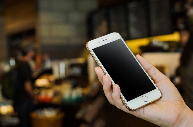 iphone en veille dans une main
