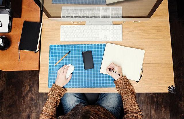 developpeur travaille devant son poste