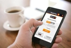 individu utilise iphone en prenant son cafe