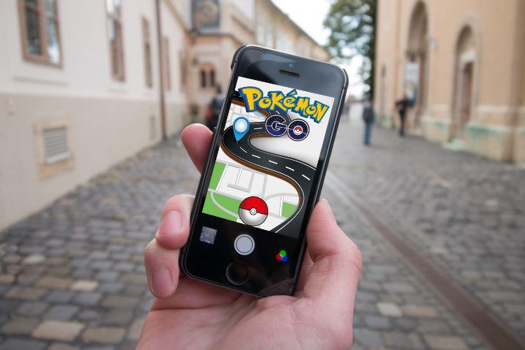 individu joue a pokemon go dans la rue