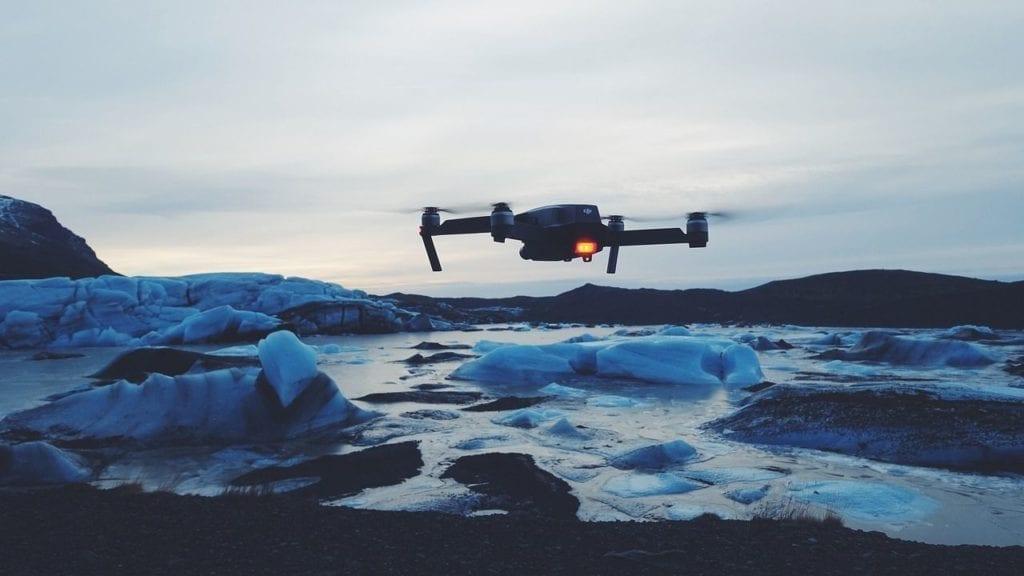 drone vole au dessus de glaciers