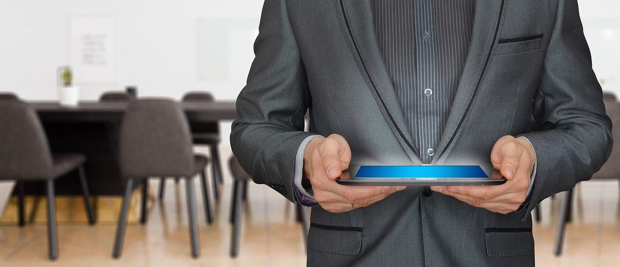 professionnel tient une tablette entre ses mains