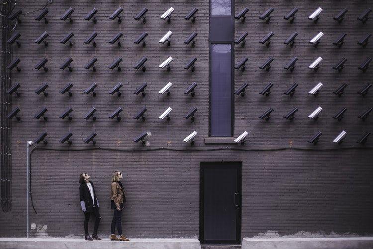 dizaines de cameras sur un batiment dirigees vers deux femmes