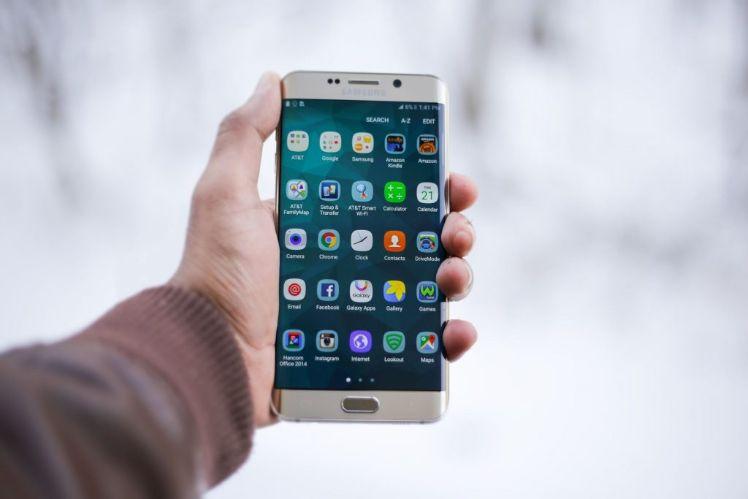 main tient un smartphone