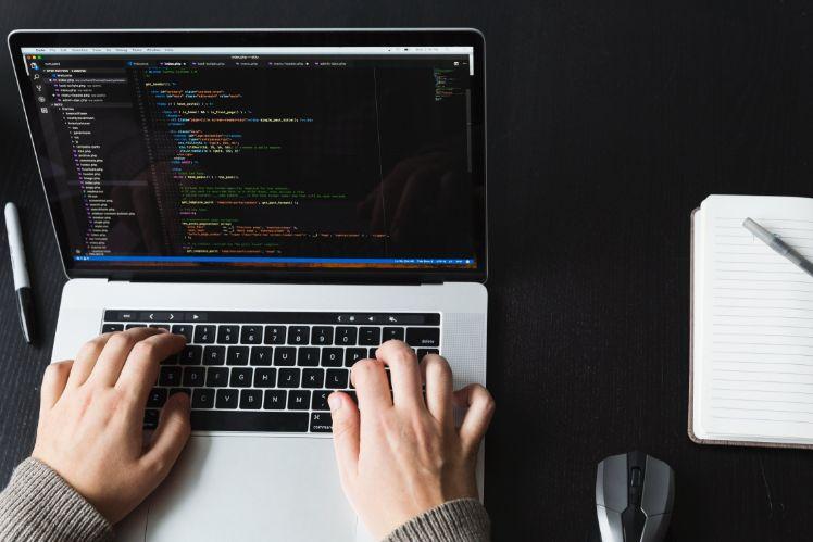 mains de codeur travaillant sur son ordinateur