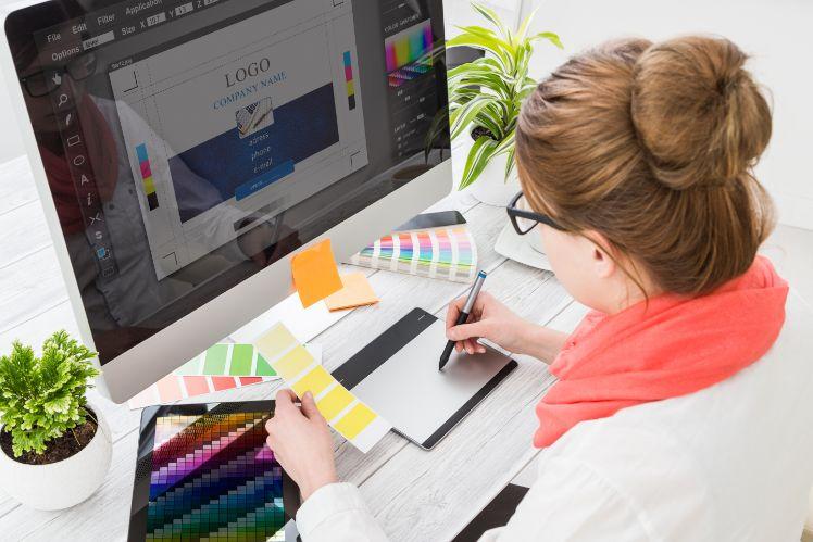 femme creee un logo sur son ordinateur