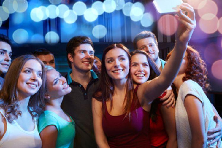 Amies de la Génération Z prenant un selfie