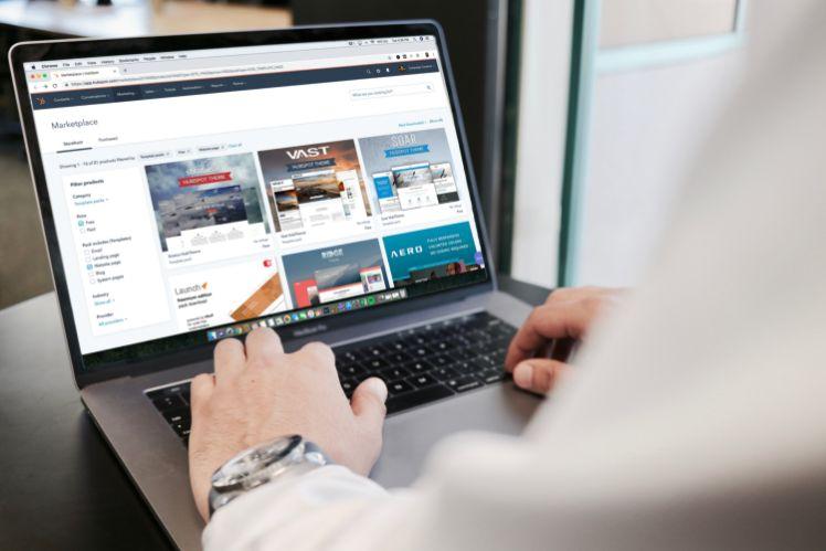 man behind latop- template site web
