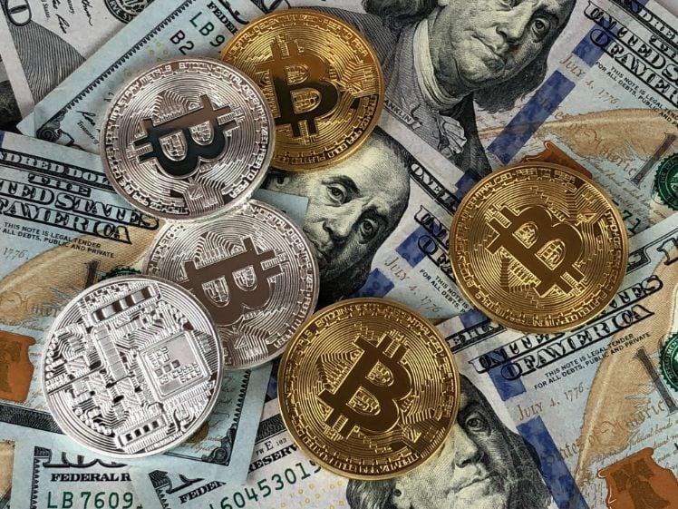 cryptomonnaie et bitcoins sur dollars