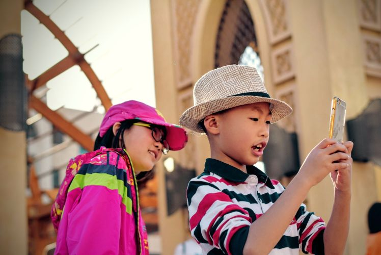 enfants jouent avec telephone