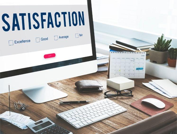 ecran avis de satisfaction sur un bureau