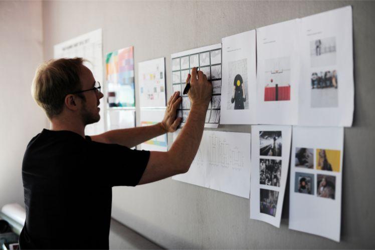homme travaille sur projet sur le mur
