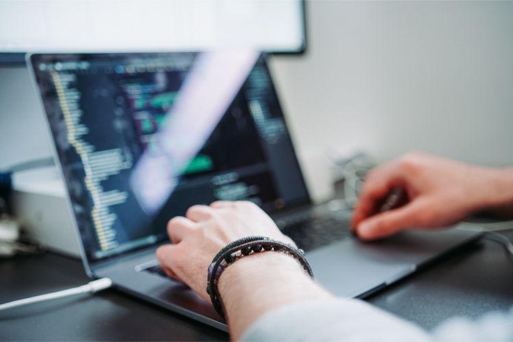 programmeur travaillant sur son ordinateur portable- developpeurs de jeux mobiles
