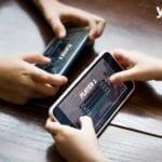 deux personnes jouant a un jeu- developpeurs de jeux mobiles