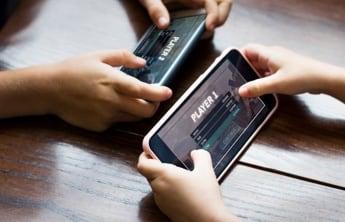 2 smartphones affichant des jeux mobiles