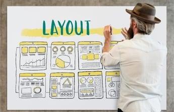 """un homme qui présente sur une grande feuille blanche la disposition d'une application,avec differents analyses , et le mot """"layout"""" écrit en gras en vert"""
