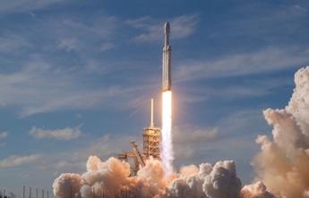 lancement d'une fusée spatiale  et la fumée entourée de lui
