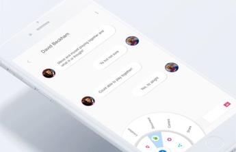 un smartphone affichant sur l'écran une discussion entre 2 personnes sur une application