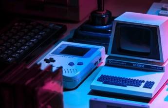 un office avec un clavier, et des jeux éléctroniques