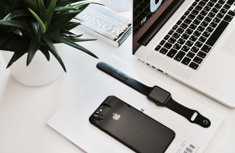 Iphone avec une montre et un mac