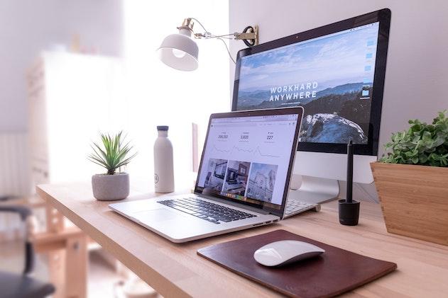 ecrans ordinateurs sur un bureau