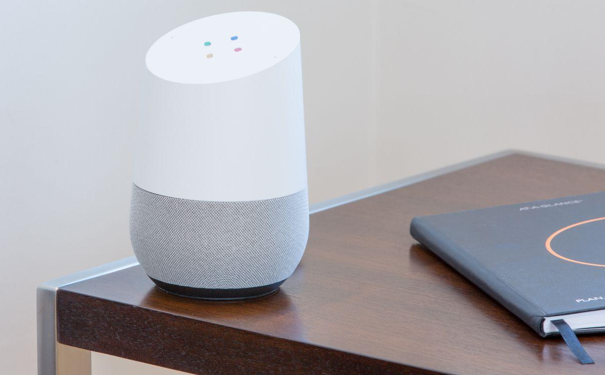 assitant vocal google home sur une table