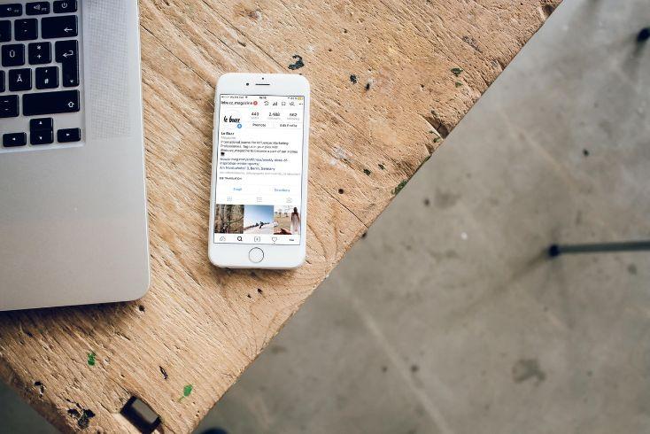 iphone sur un bureau et ordinateur