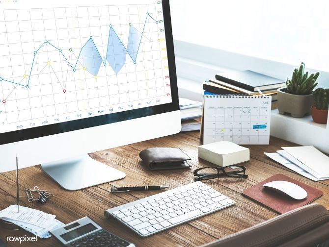 bureau avec ordinateur et outils de travail