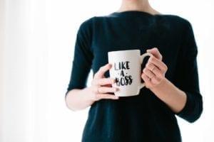 fondatrice FemTech tenant un mug like a boss