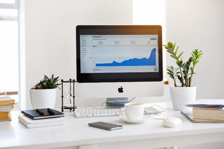 un espace bureau avec écran pc qui affiche des données stockés en cloud