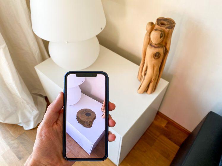 un smartphone qui montre un objet en réalité augmentée