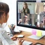 un espace bureau, avec un écran affichant 4 personnes utilisant un même logiciel pour émettre une réunion de télétravail