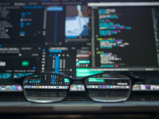 lunettes devant ordinateur, logiciel et données