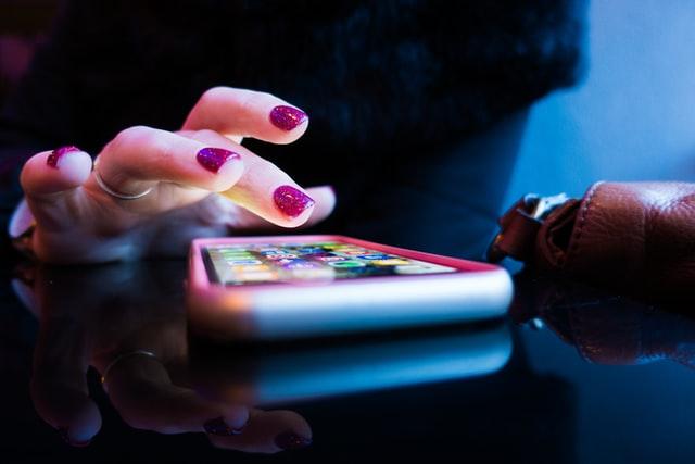 personne qui utilise son smartphone avec des applications