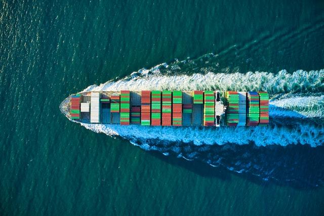 bateau avec conteneurs sur la mer